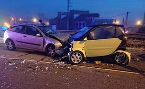 Un conductor choca con dos vehículos estacionados en Colloto