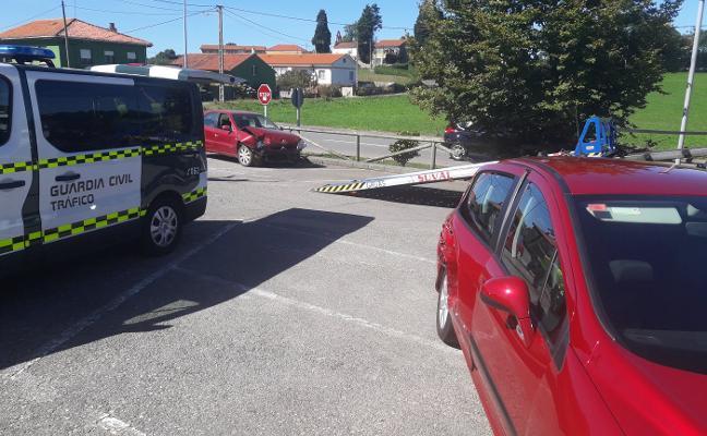Herida grave al colisionar dos vehículos en un cruce de Santolaya, en Luanco