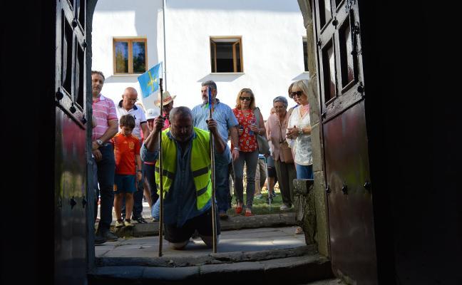 De rodillas hasta el Acebo para pedir por la iglesia de Villatresmil