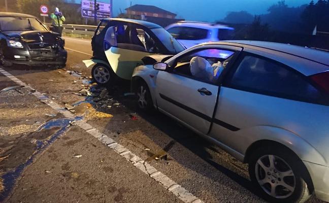 Un conductor invade el carril y choca con dos coches en Colloto