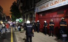 250 personas se unen al desagravio a la bandera bajo custodia policial