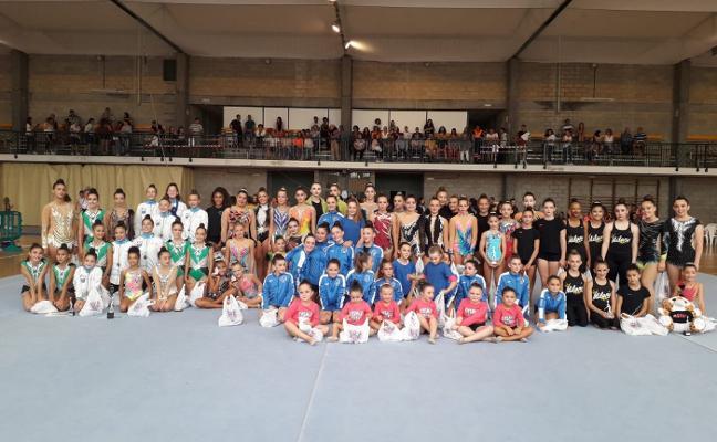 87 niñas de gimnasia rítmica participaron en el torneo de Villaviciosa
