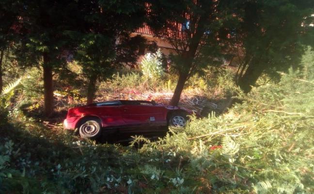 Dos heridos al caer un coche por un terraplén en la carretera al faro riosellano