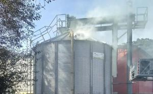 Arde un silo de biomasa en el pueblo llanisco de Bricia