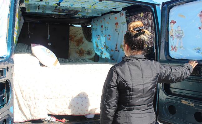 Cinco meses durmiendo con su hijo en una furgoneta porque no tienen casa