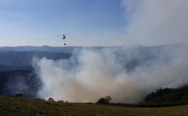Realizan labores de refrigeración tras extinguir el incendio de Cangas del Narcea