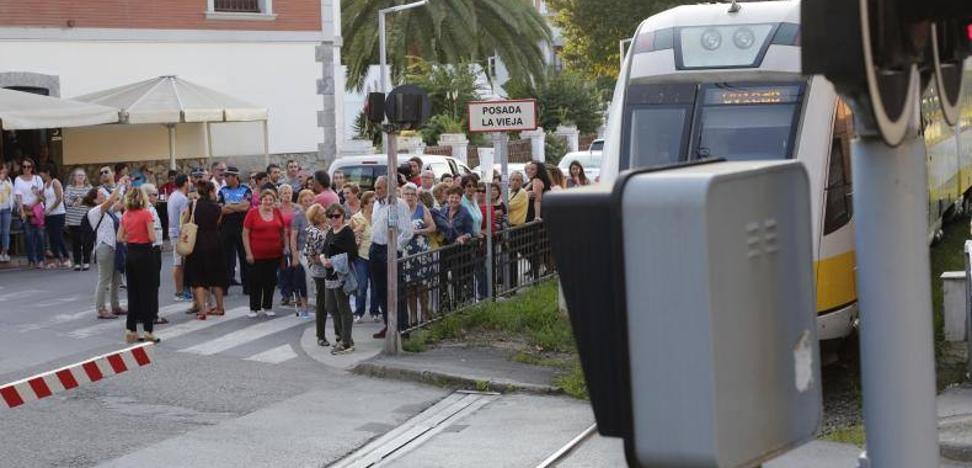 Un centenar de vecinos reclaman en Posada «un paso a nivel en condiciones»
