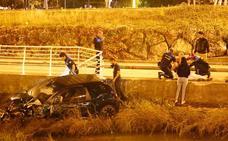 Espectacular accidente de un coche que cayó al río Piles en Gijón
