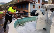 Derraman lavavajillas en la fuente situada al lado del Consistorio de Riosa