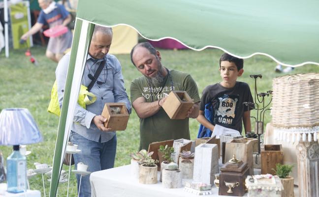 Castiello estrena mercado artesano por San Miguel