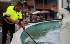 Derraman detergente en la fuente situada al lado del Consistorio de Riosa