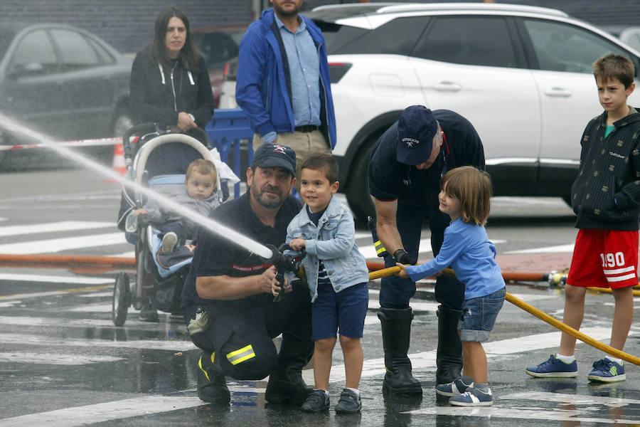 Los niños aprenden la labor de los bomberos en Oviedo