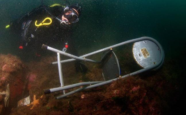 Se buscan buzos voluntarios para limpiar el fondo del puerto de Cudillero