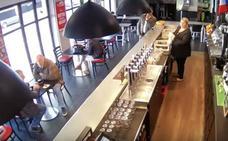 Estás tomando el café tranquilamente en el bar cuando de repente…
