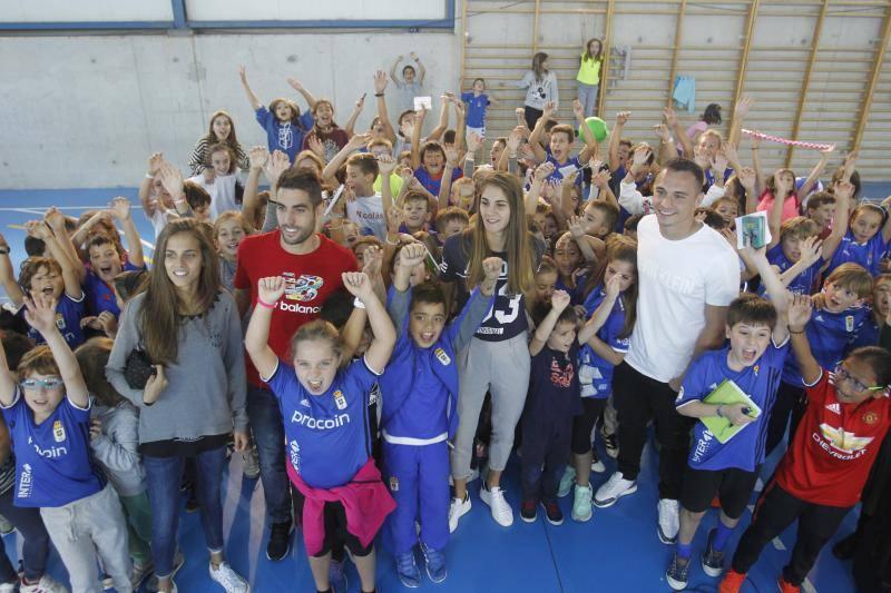 Jugadores y jugadoras del Oviedo charlan con los niños del colegio La Gesta