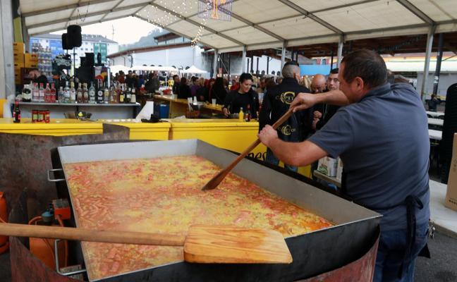 Langreo Centro reúne a 300 vecinos en torno a una gran paella festiva