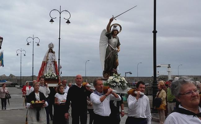 Tazones clausura el verano con la fiesta en honor a San Miguel