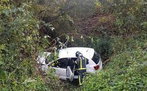 Dos heridos tras caer con su coche por un desnivel de diez metros en Lena