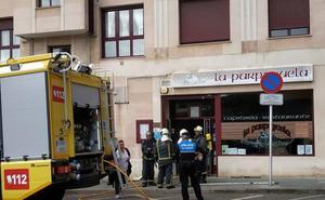Los bomberos sofocan un incendio en la cocina de un bar de Corvera