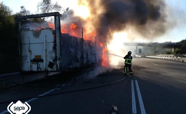 Arde un camión con bobinas de papel en la A-8, a la altura de Colunga