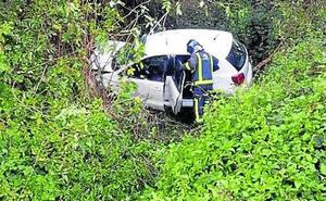 Dos heridos tras caer con su coche en la zona de puente de Los Fierros, en Lena