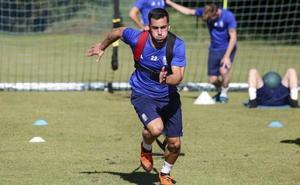 Joselu se gana a la afición del Real Oviedo a base de trabajo y entrega en la presión al rival