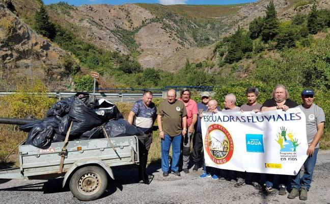 Los pescadores retiran media tonelada de basura del río Narcea