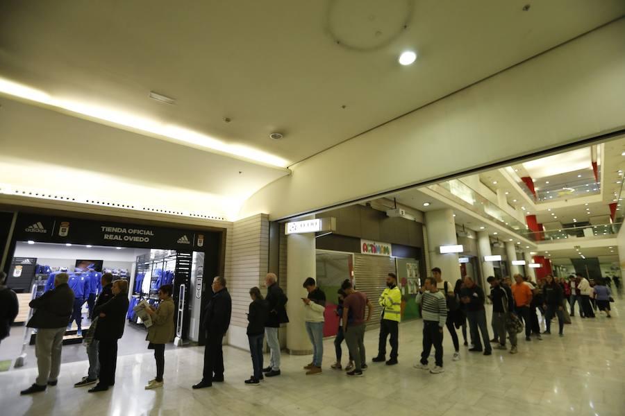 Largas colas de los aficionados del Real Oviedo para comprar entradas para el Wanda