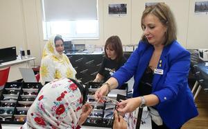 Multiópticas y Cruz Roja gradúan la vista y donan gafas a personas vulnerables