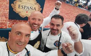 Tres asturianos entran en el Guinness con el plato más grande de jamón cortado a mano