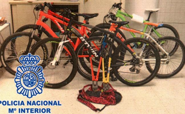 Sorprenden a un joven y a dos menores de 15 años robando bicis en pleno día