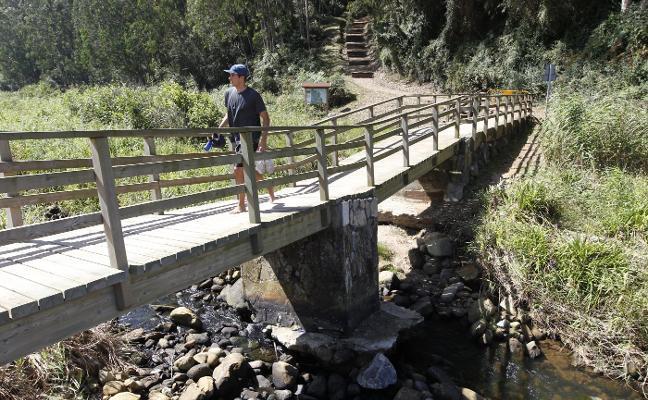 Usuarios y vecinos urgen el arreglo del puente de la playa de La Ñora