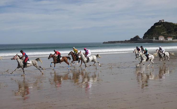 Espectáculo en la playa de Santa Marina con la Carrera de Caballos de Ribadesella
