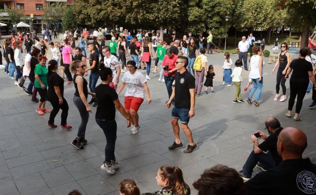 Bailes gallegos y asturianos en el Ochobre Folk de Mieres
