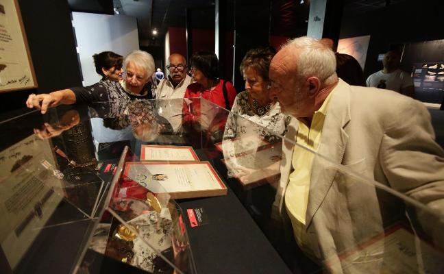 Una medalla para seguir forjando la historia de la cueva de Tito Bustillo