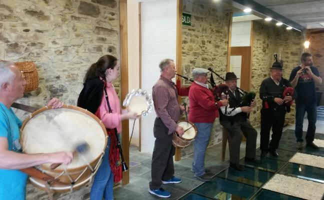 Gaita y tambor para animar la V Feria Artesana de Taramundi