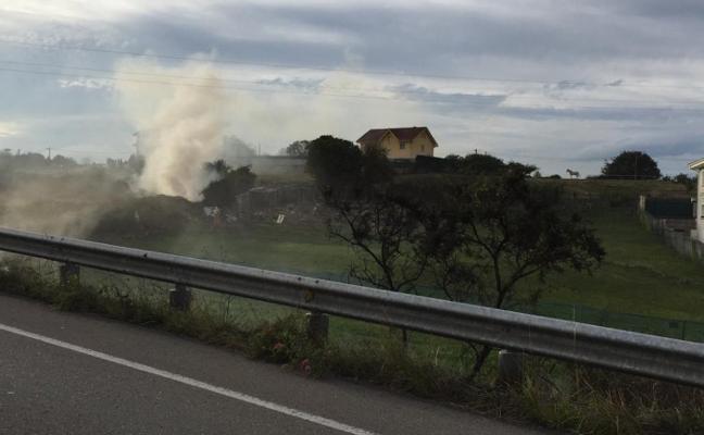 Arden unos matorrales a la entrada del barrio de La Luz