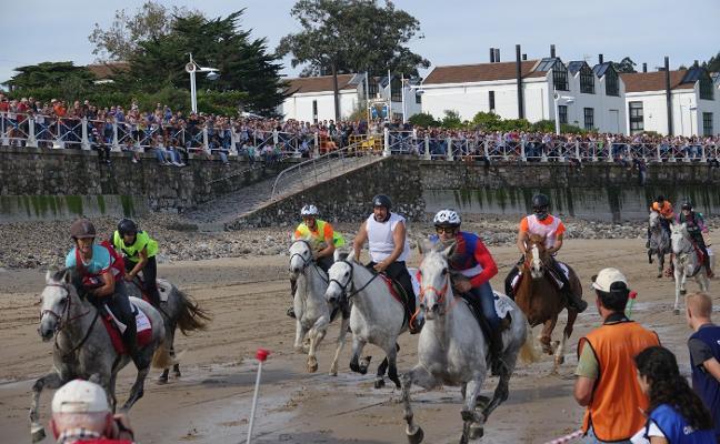 Emoción, caídas y espectáculo en las Carreras de Caballos de Ribadesella