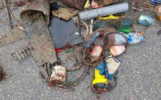 Sacan seiscientos kilos de basura del fondo del puerto de Cudillero