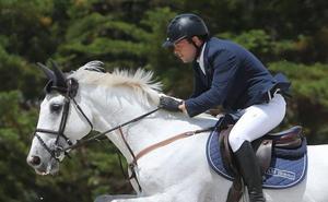 Julio Álvarez Moya, ingresado tras sufrir una aparatosa caída de su caballo