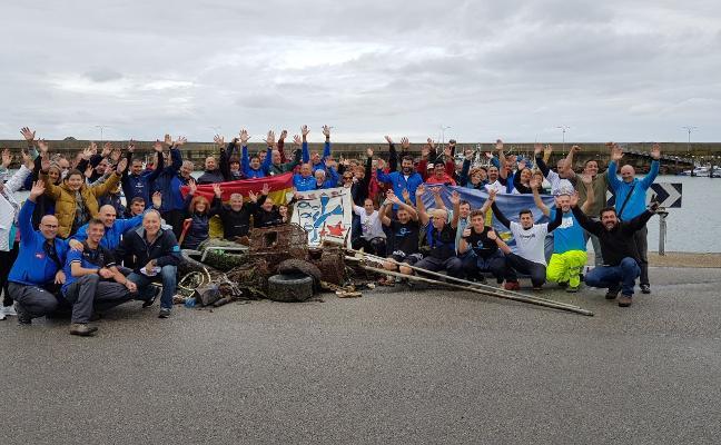 Extraen 600 kilos de basura del puerto de Cudillero