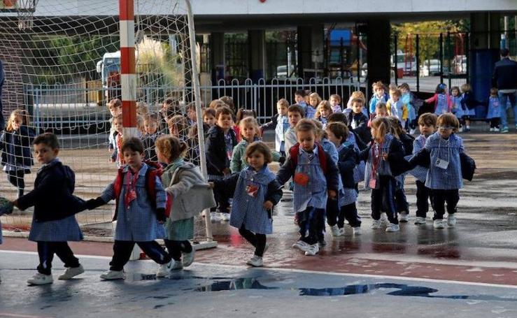 El Colegio San Ignacio de Oviedo iza la bandera nacional