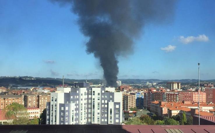 Un incendio en baterías provoca una enorme humareda negra en Avilés