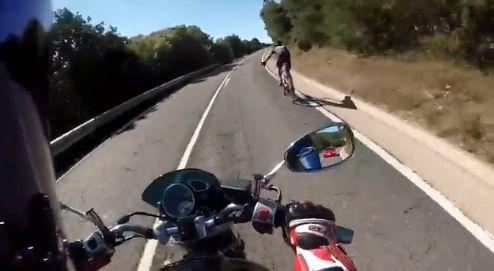 La sorprendente maniobra de un motorista y un ciclista en la carretera genera admiración en Twitter
