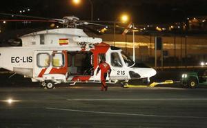 Salvamento rescata a los cuatro tripulantes de un pesquero hundido al norte de Puerto de Vega