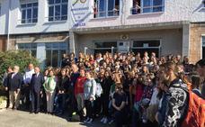 Svante Pääbo, «asombrado» con los alumnos del instituto de Infiesto