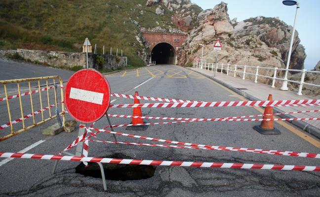 El mar provoca un socavón de ocho metros de profundidad a la entrada del túnel de Arnao