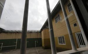Un recluso de la cárcel de Asturias se enfrenta a un año y medio de prisión por agredir a otros dos
