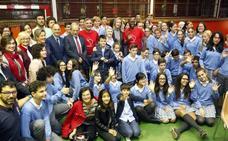 Los representantes de Amref, con los escolares de Oviedo