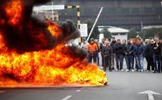 La plantilla de La Coruña inicia las movilizaciones con barricadas y cortes de tráfico